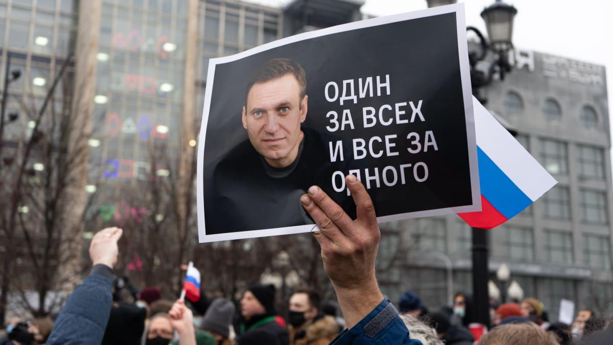 Mielenosoittajan kyltissä on Navalnyi.