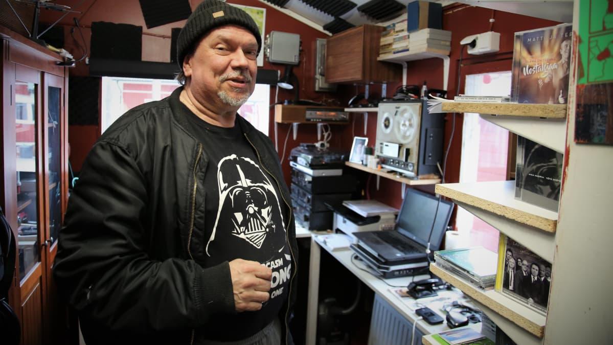 Timo Rautala viihtyy musiikkihuoneessaan.