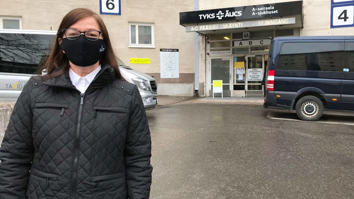 TYKS-erityisvastuualueen piiriylilääkäri Minna Kaarisalo sairaalan edessä.