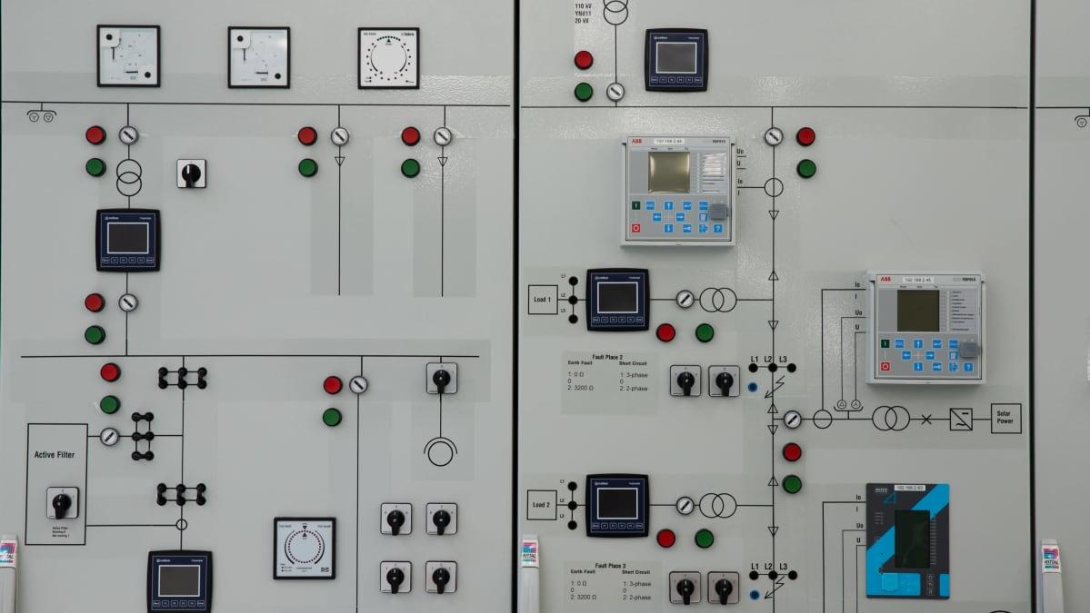 Sähkökytkentätaulu Vaasan ammattikorkeakoulussa.