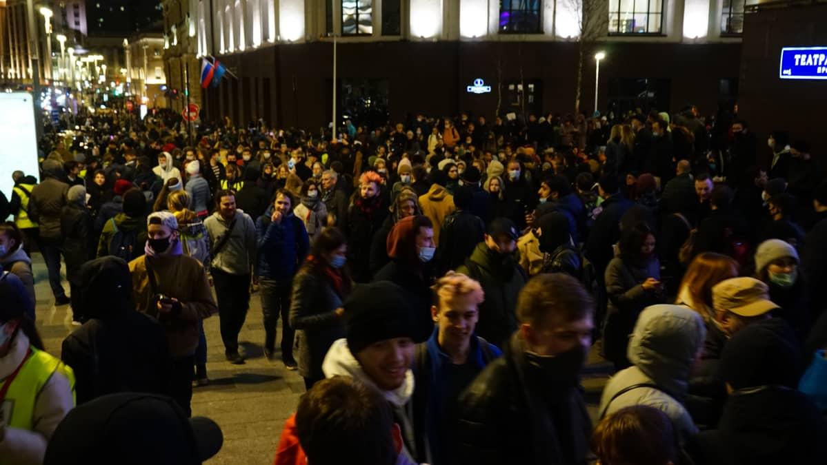 Moskovassa Lubjankan aukiolle kokoontui illalla lähinnä nuoria, kertoo Ylen kirjeenvaihtaja Erkka Mikkonen. Mielenosoittajat siirtyvät Mikkosen mukaan koko ajan paikasta toiseen.