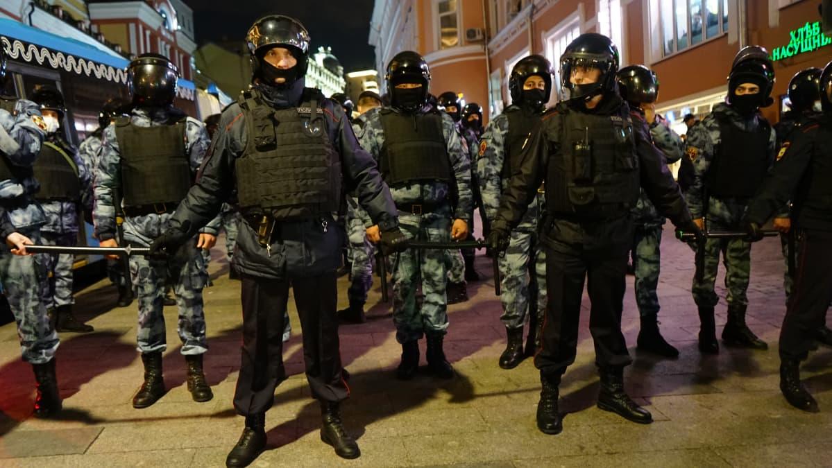 Kansalliskaarti ja poliisi tukkivat kulun Kuznetski most -kadulla Moskovan keskustassa.