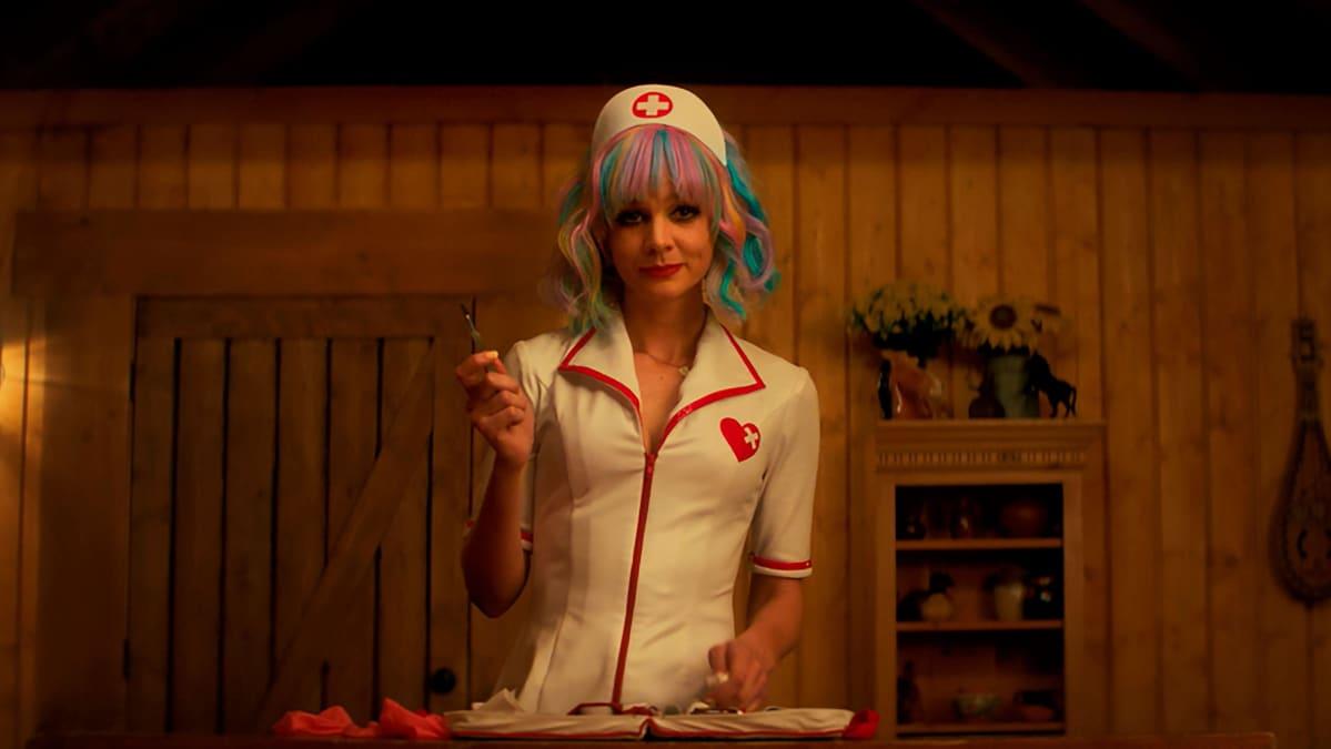 Näyttlijä Carey Mulligan roolissaan Cassandra Thomas elokuvassa Lupaava nuori nainen