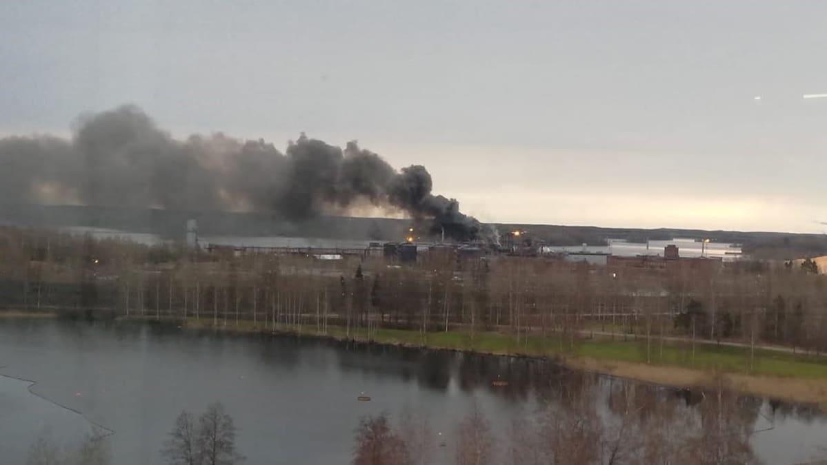 Sankka savupatsas nousee UPM:n biojalostamolta Lapppeenrannassa 10. toukokuuta 2021.