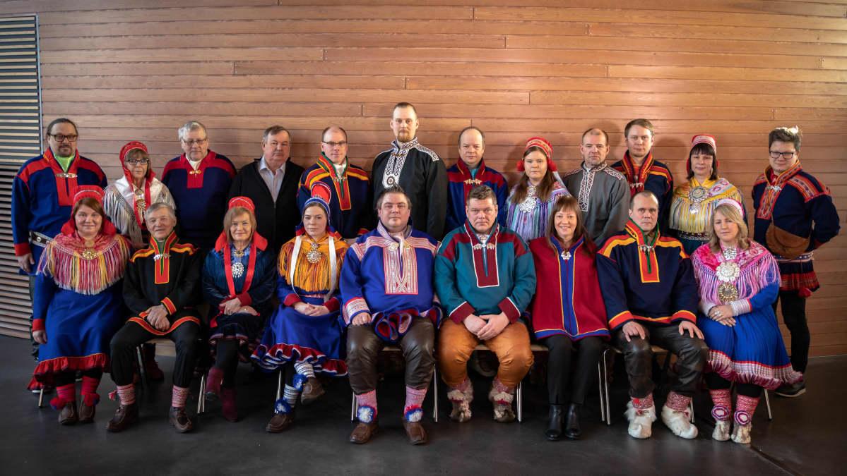 Saamelaiskäräjien vaalikauden 2020–2023 jäsenet kuvattiin yhteiskuvaan järjestäytymiskokouksessa 27.2.2020.