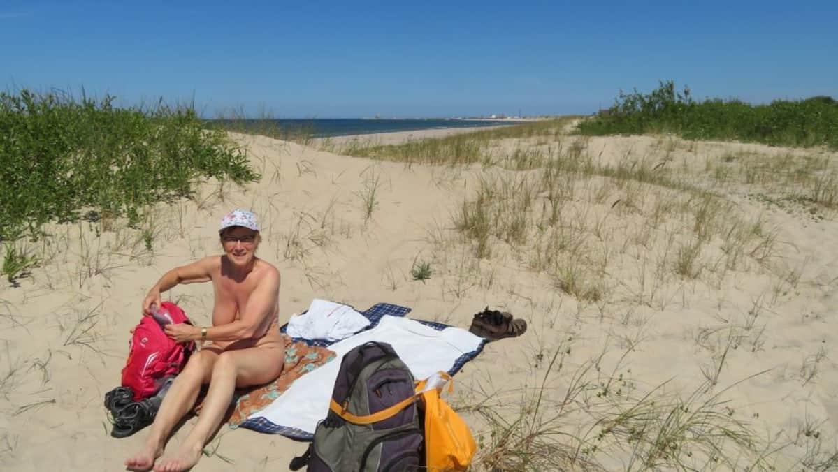 Leila Sillanpää alastomana rannalla