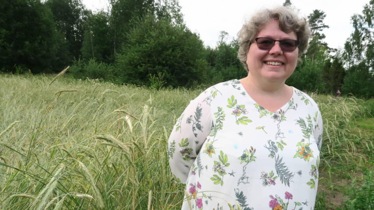 Annika Michelson seisoo ruispellon laidassa