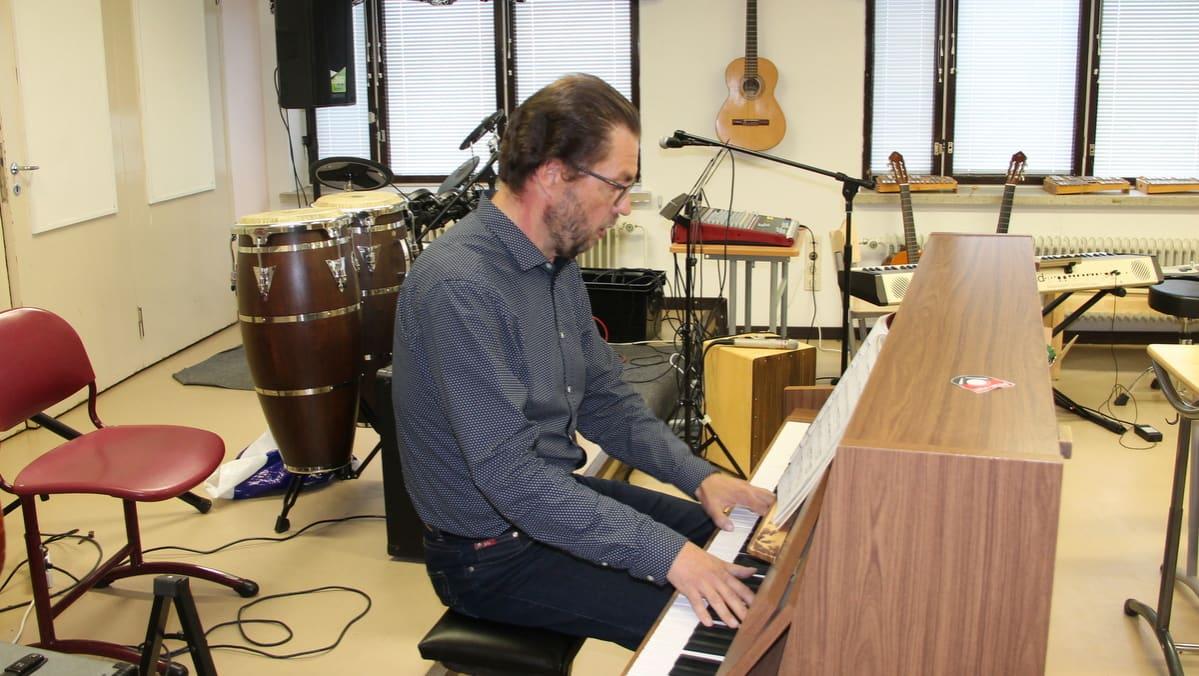 Antti Taipale soittaa pianoa