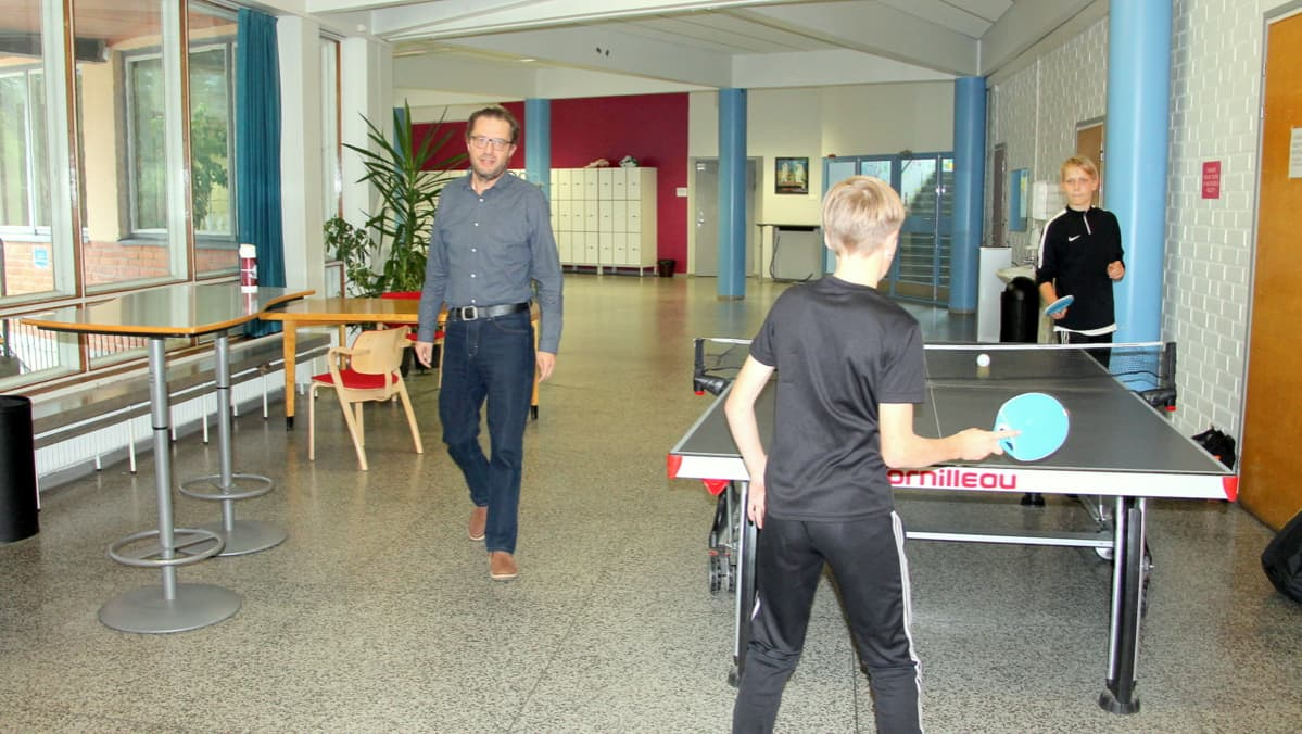 Antti Taipale kävelee koulun käytävällä