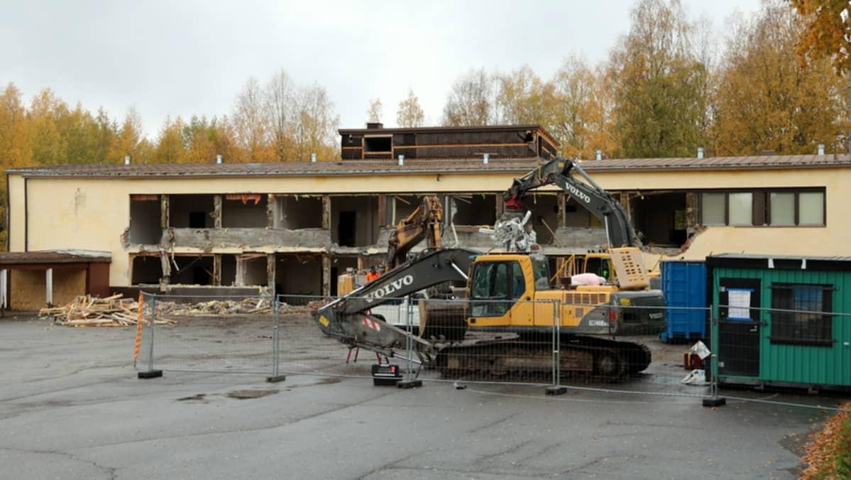 Kaivinkoneet purkavat rakennusta.