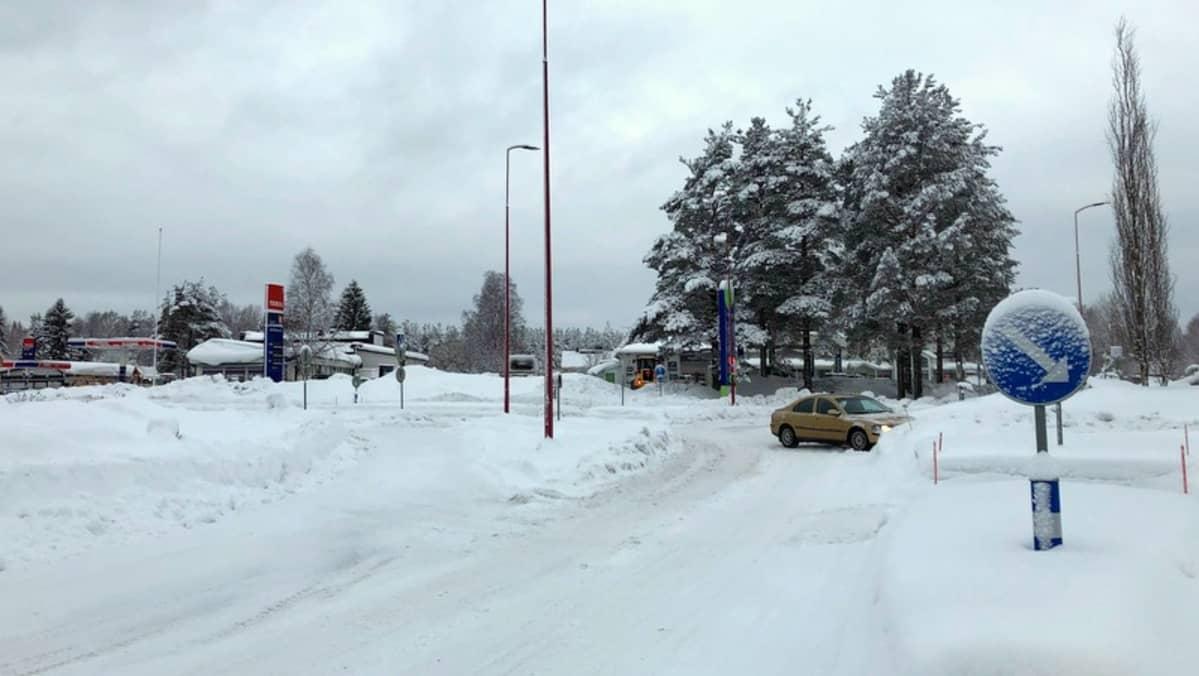Talvinen liikenneympyrä.