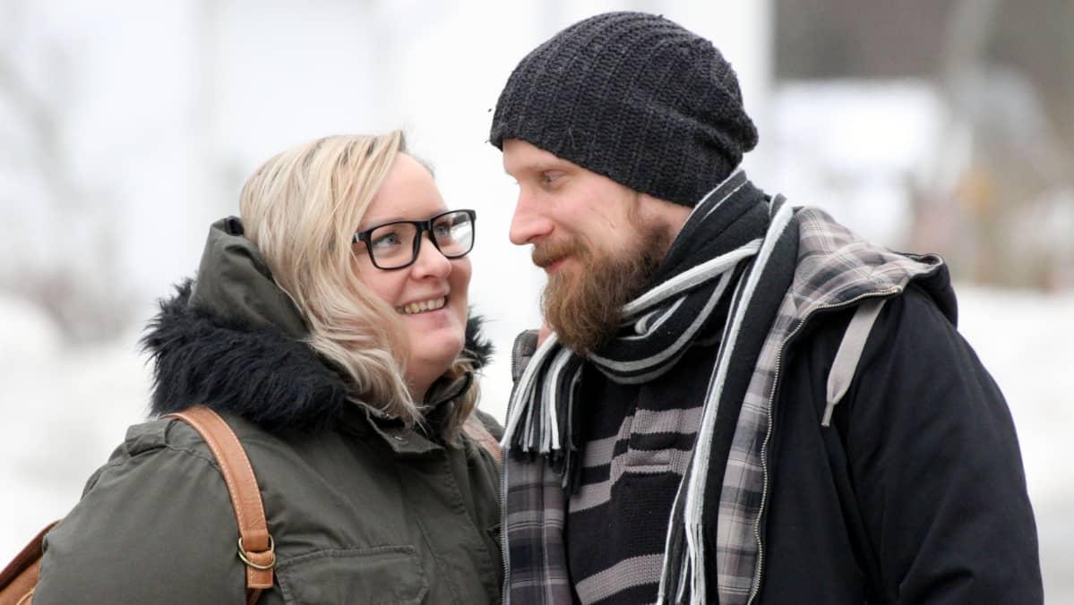 Tanja Rongas ja Tomppa Ojava seisovat lähekkäin ja katsovat toisiaan silmiin.