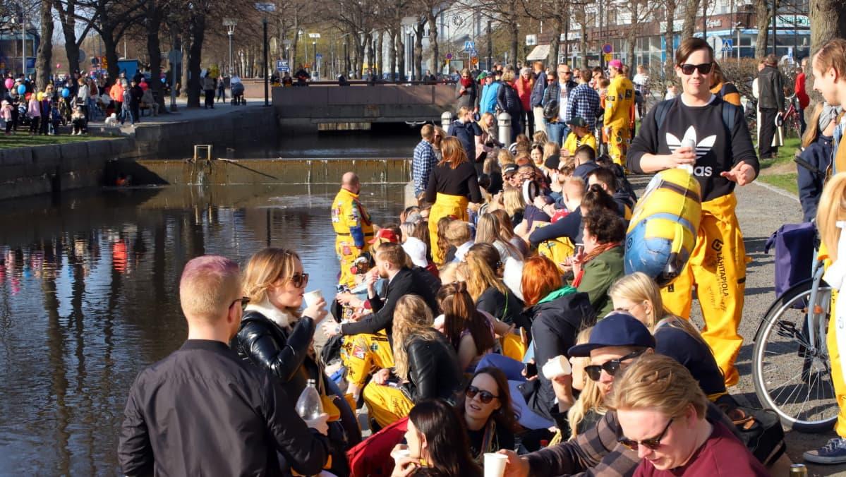 Raumalaisia opiskelijoita Rauman kanalin varrella vappuaattona.