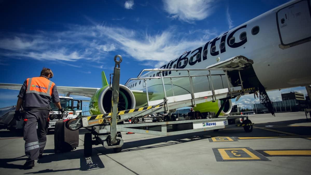 airbaltic matkalaukkujen lastausta