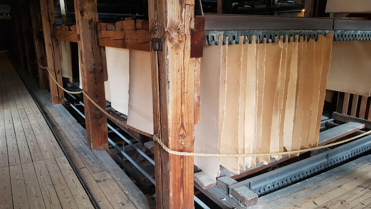 pahviarkkeja roikkuu Verlan tehdasmuseoon pahtitehtaan kuivaamossa