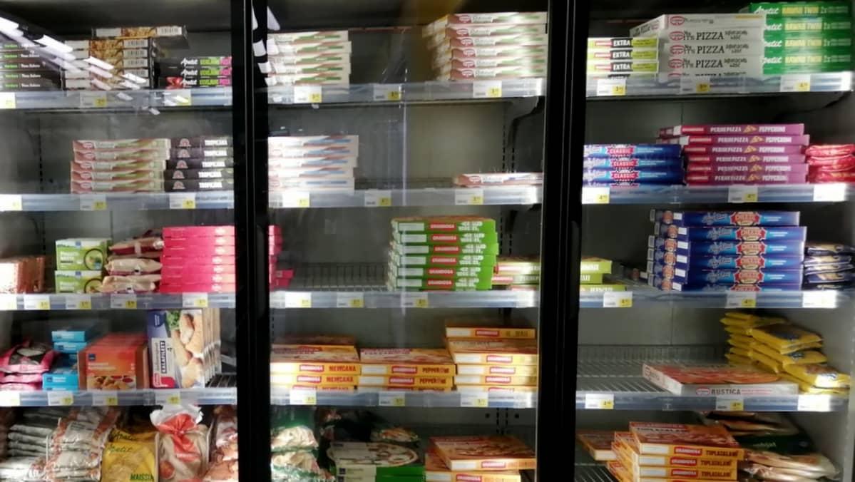 Pakastepizzoja on kaupassa melko laajavalikoima kaupan kokoon nähden.