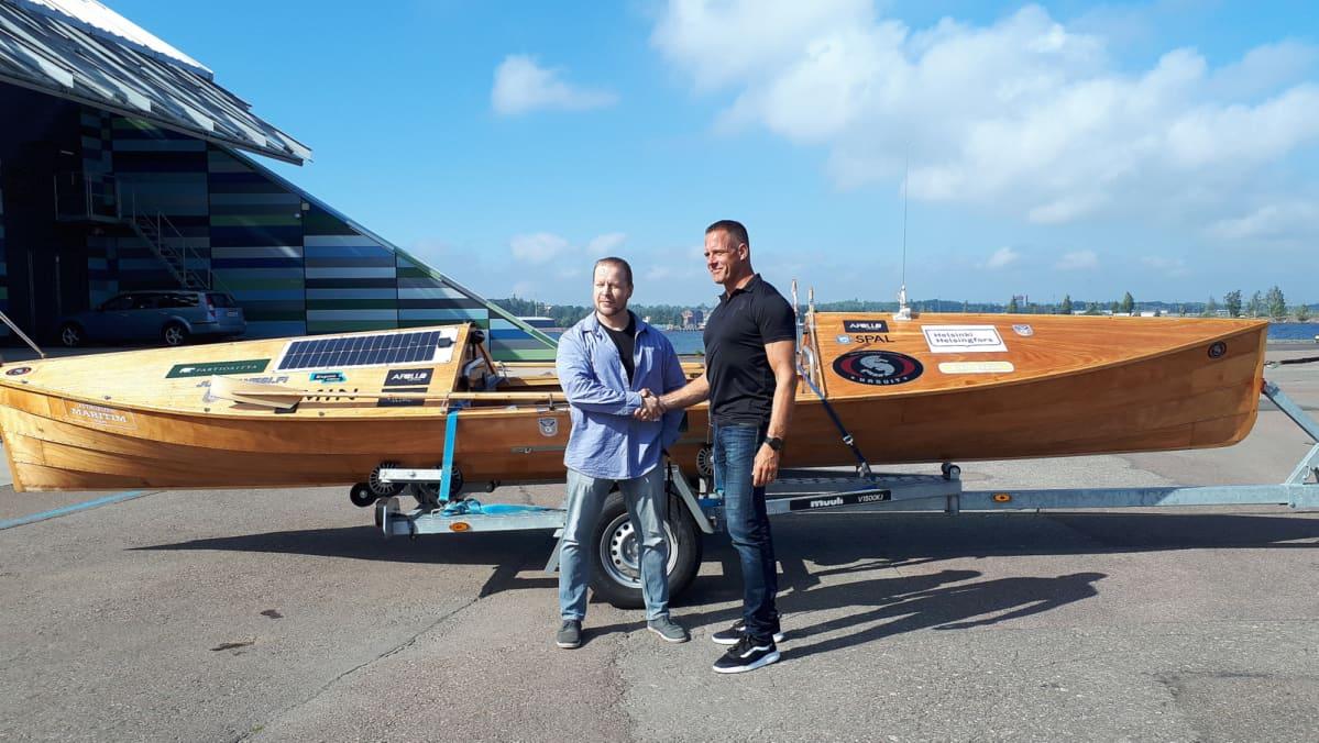 Timo Kunttu ja Jari Saario kättelevät veneen edustalla