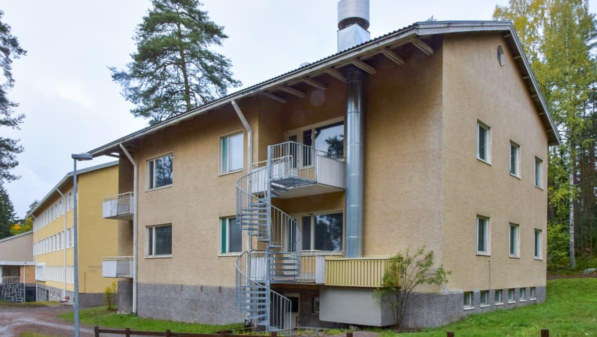 Kirkonkulman koulun kivirakennus Hämeenlinnassa