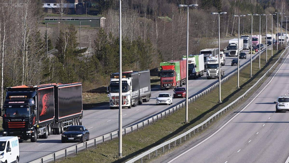 Turvealan toimijoiden moottorimarssi, rekkamielenosoitus, Vantaalla, matkalla kohti Helsingin keskustaa, vappuaaton aamuna 30. huhtikuuta 2021.