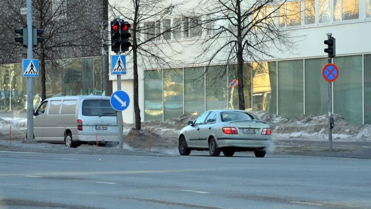 Auto ajaa päin punaisia