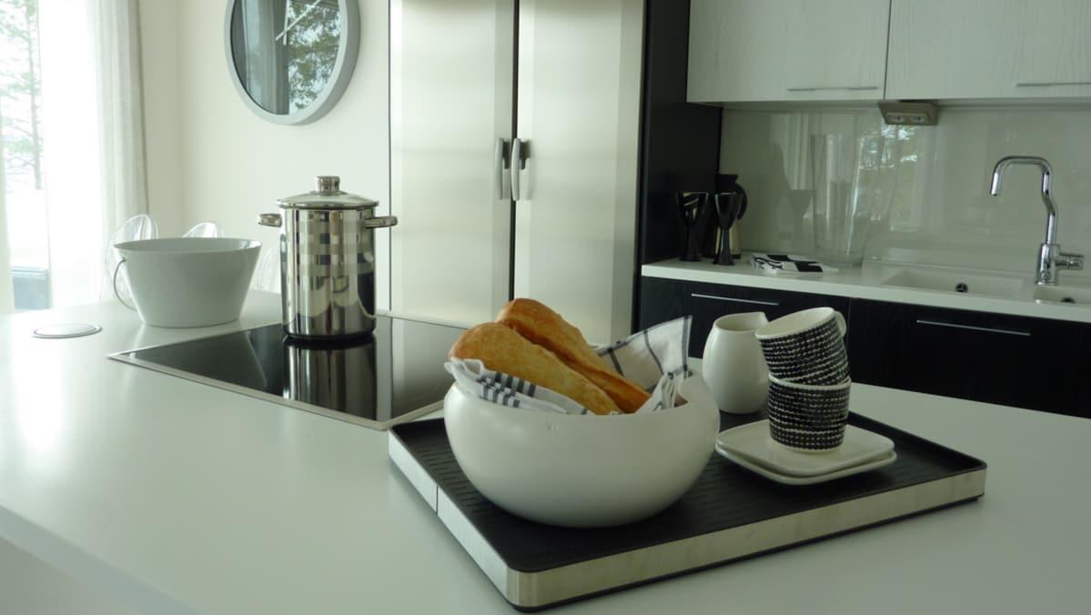 Mustavalkoinen keittiö asuntomessuilla