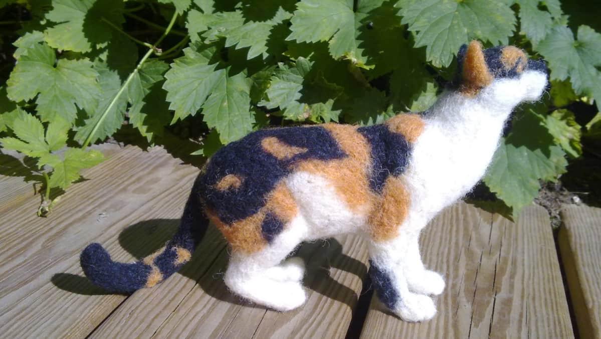 Milka Stockhusin huovuttama kissa.