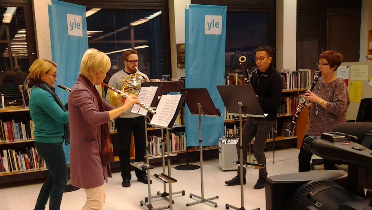 RSO:n kvintetti harjoittelee Savonlinnan kirjastossa.