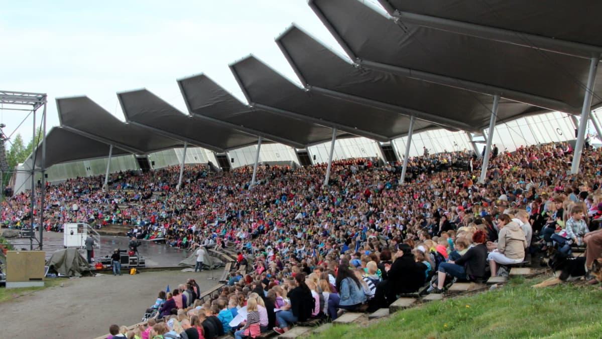 Yli 6000 koululaista täytti laulurinteen