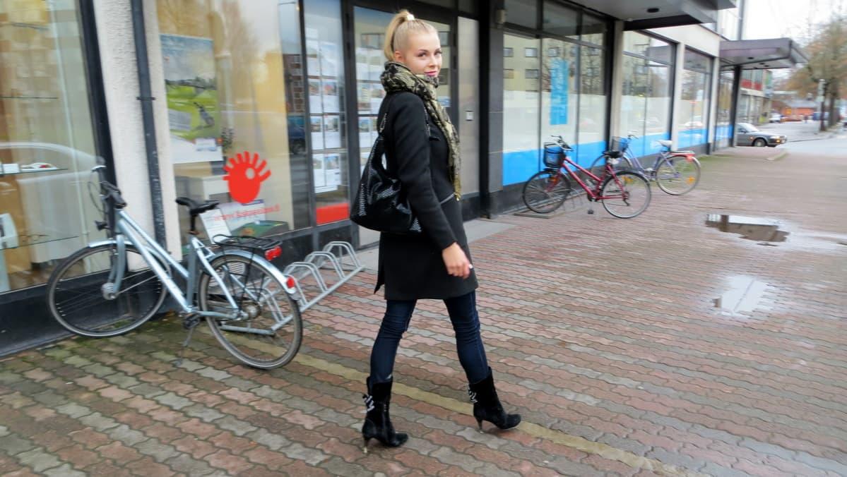 Alma Heikkilä kävelee Forssan kaduilla
