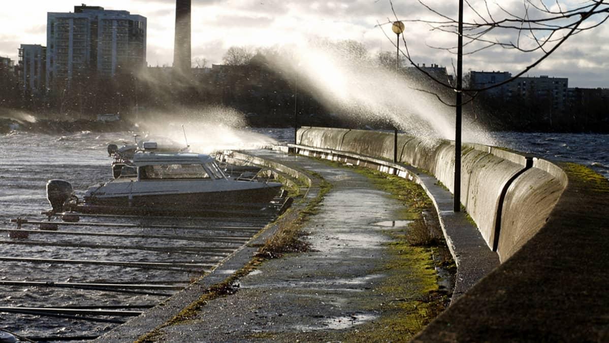 Näsijärven vesi lyö yli Lapinniemen aallonmurtajan Tampereella.