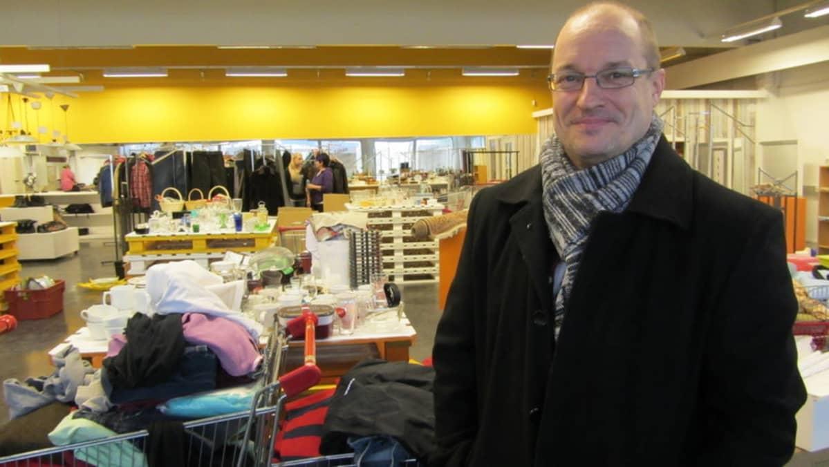 Toiminnanjohtaja Harri Lankinen iloitsee uusista valoisista kierrätyskirppiksen tiloista Yrittäjänkadulla.