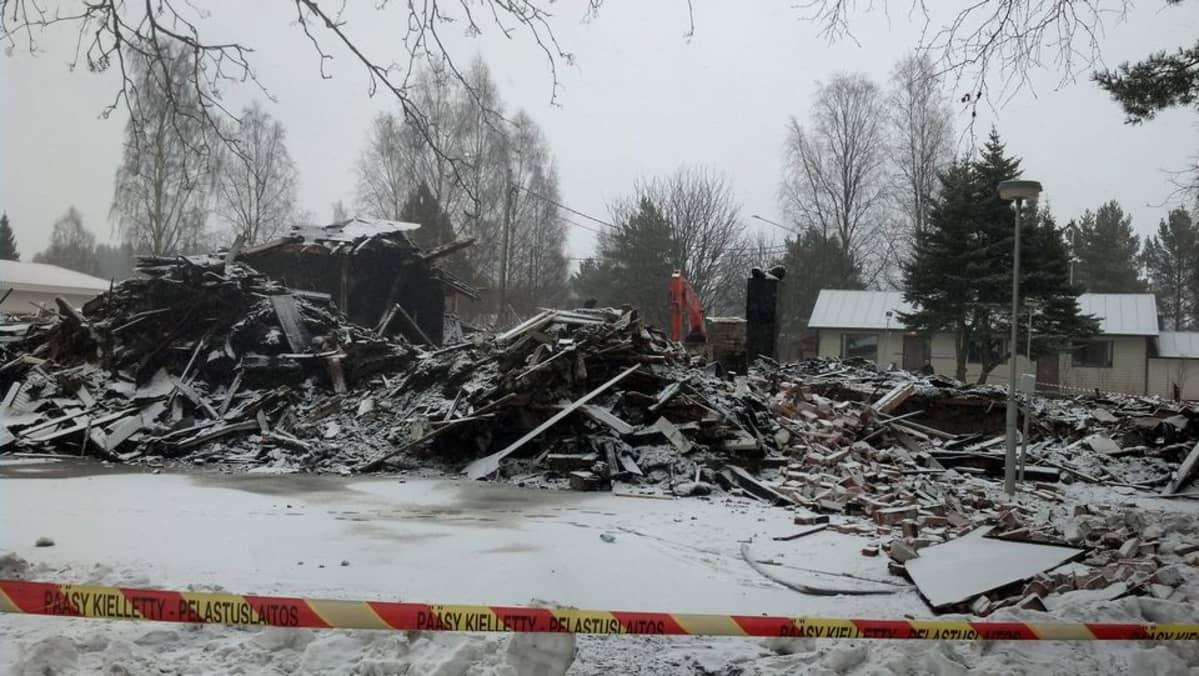 Kannonkosken tulipalossa tuhoutuneen kunnantalon rauniot.