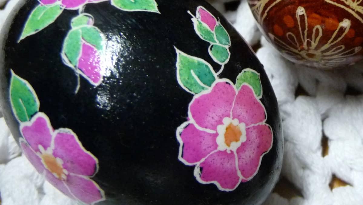 Karjalan ruusu pisanka-munassa.