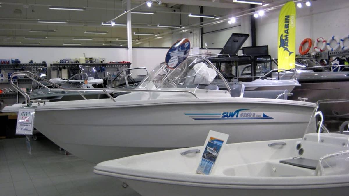 Uusi vene myynnissä venekaupassa.