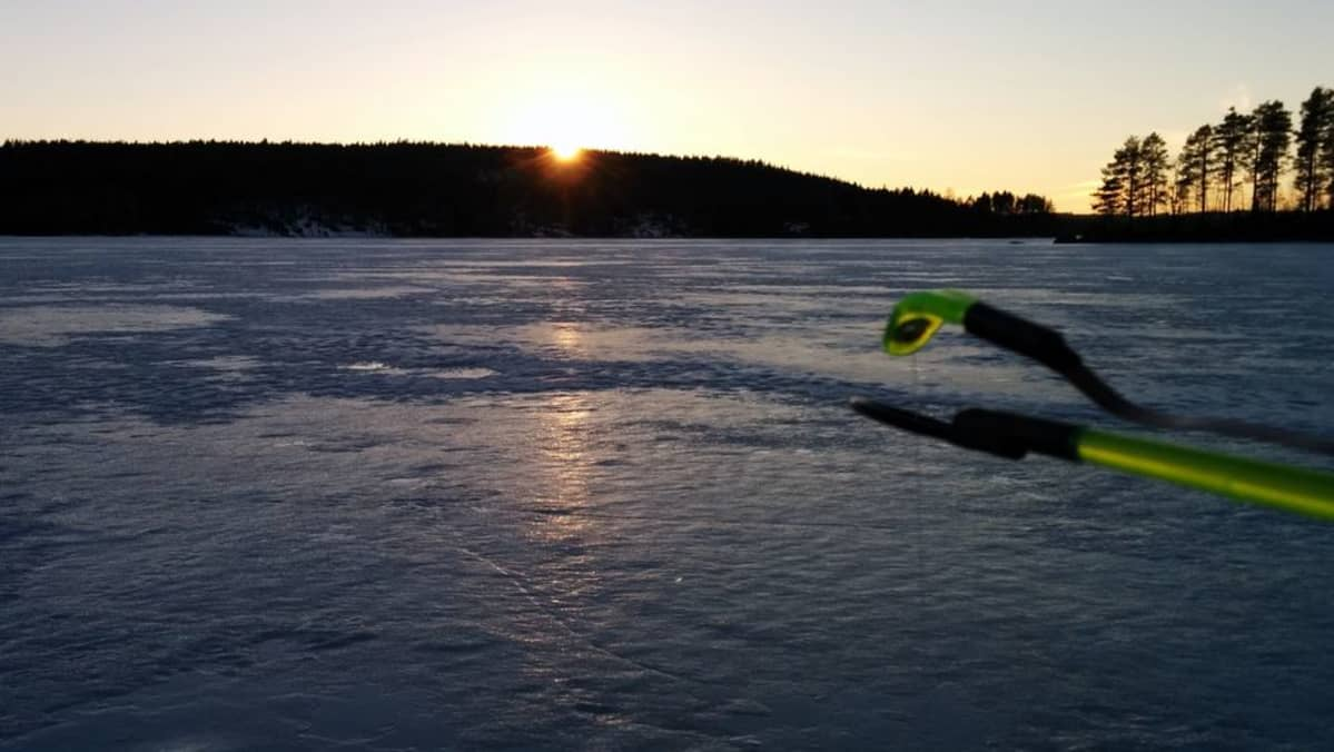 Jää railoontuu herkästi lämpötilan vaihdellessa nopeasti.