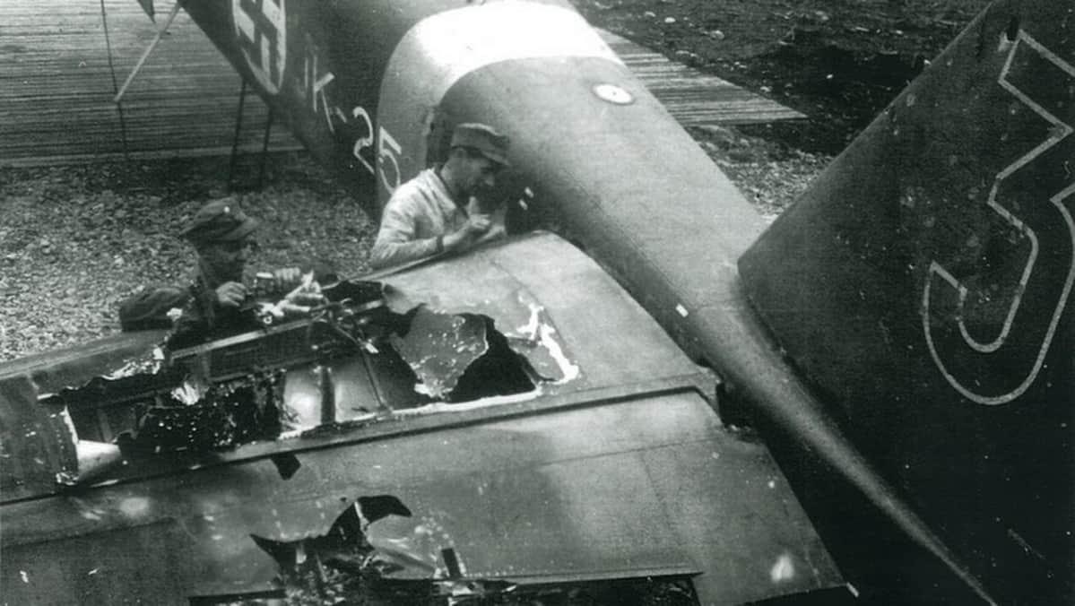 Pommituslentolaivue 44:n henkilöstö tutkii JK-254:n saamia pahoja ilmatorjuntatykin osumia Onttolassa kesäkuussa 1944.