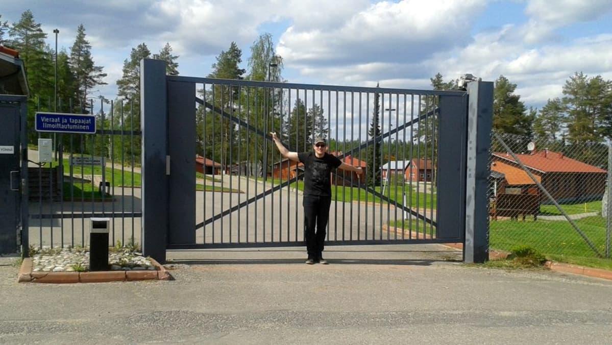 Lasse Hyytinen vankilan portilla