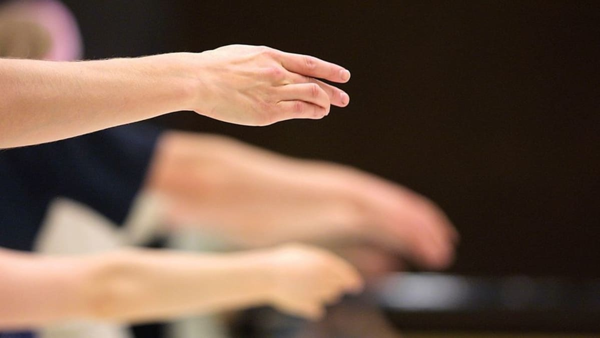 Ballettitanssijan kädet ojennettuina
