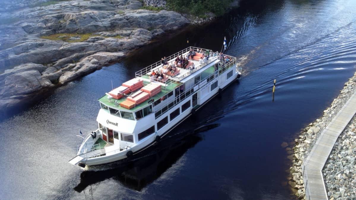 Risteilylaiva Queen R Keilankannan kanavassa.