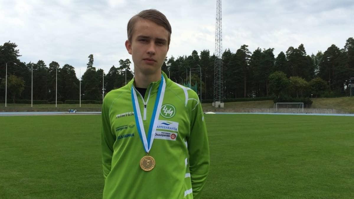 Kolmiloikkaaja Simo Lipsanen SM-kultamitali kaulassaan Kimpisen kentällä Lappeenrannassa.