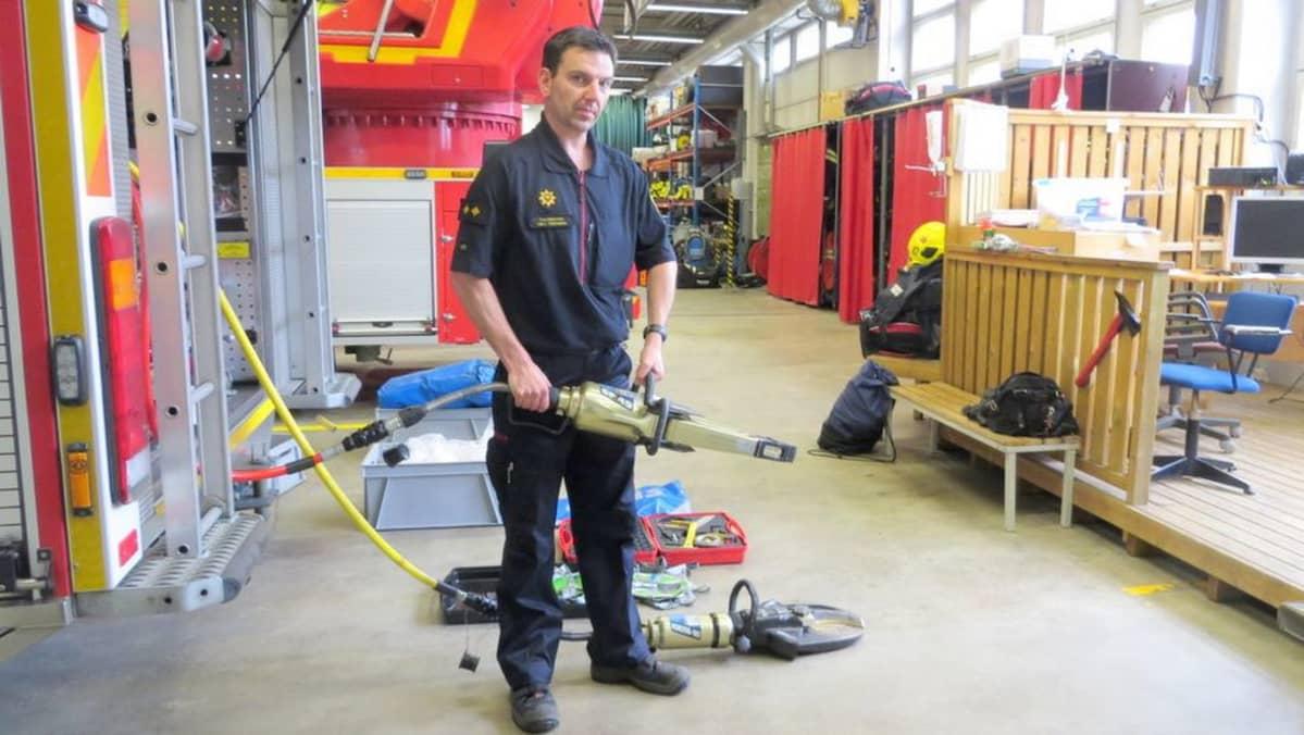 Paloauton varustelua esittelemässä palomestari Mika Tirroniemi.