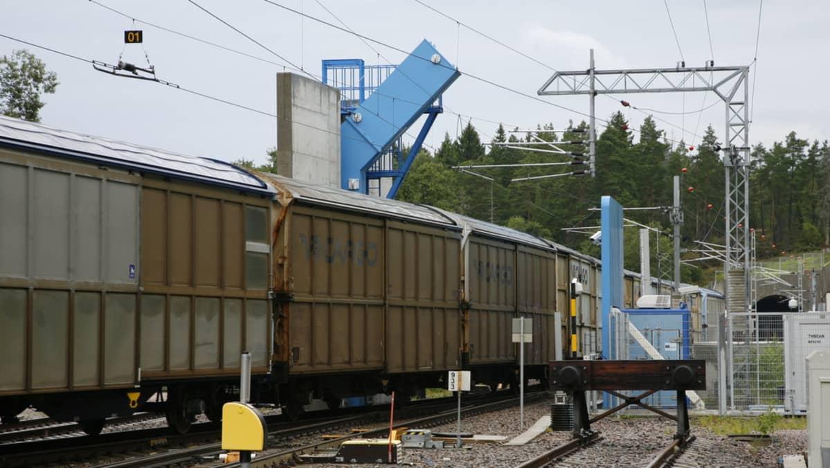Röntgen läpivalaisee tavarajunaa Vuosaaren satamassa Helsingissä.