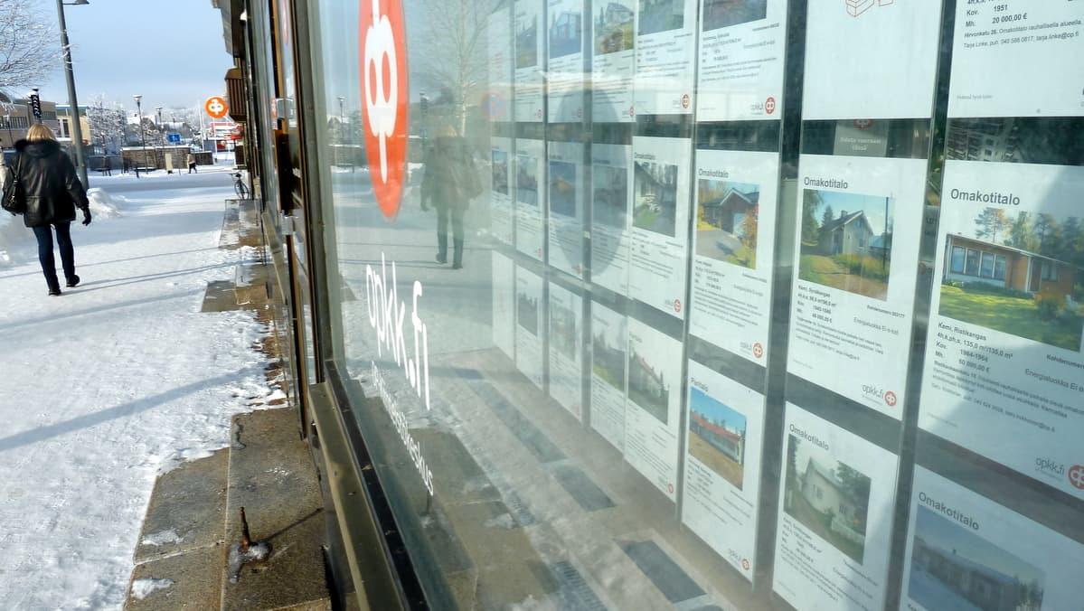 Asuntoilmoituksia Kemissä OP Kiinteistökeskuksen ikkunassa.