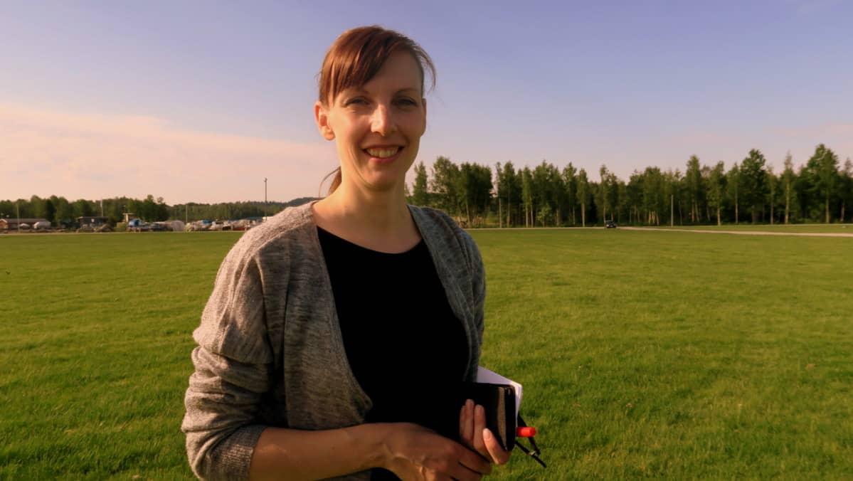 Nainen seisoo suuressa tyhjässä puistossa ja ihmettelee miksi rokki ei soi