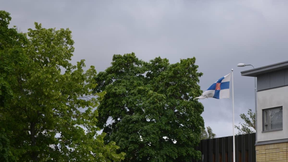 Lippu liehuu tuulessa.