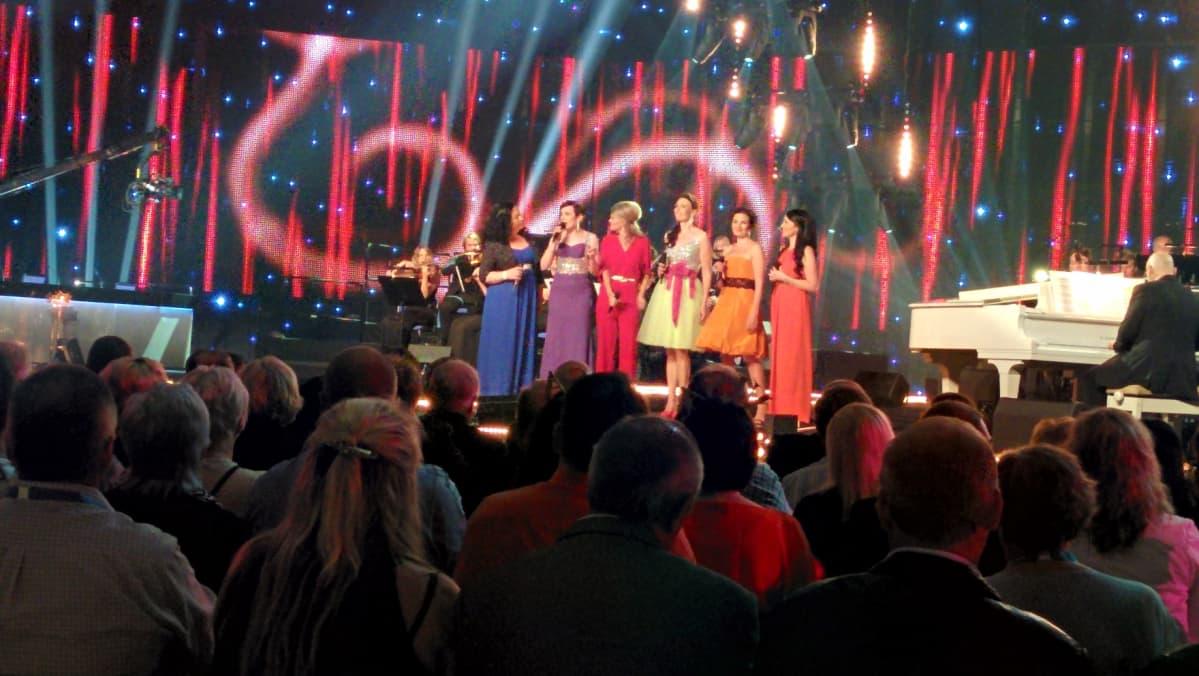 Tangolaulukilpailun kuningatarfinalistit lavalla.