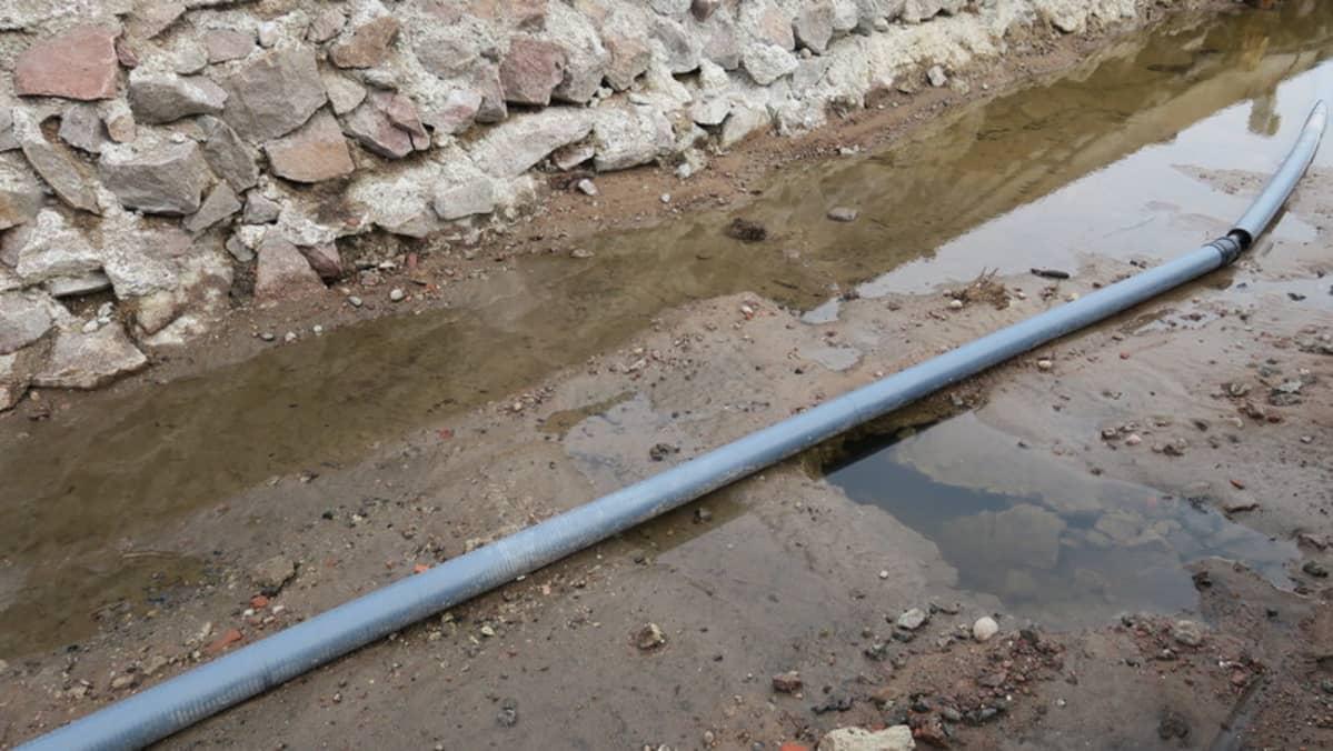 Veden syövyttämä reikä laiturirakenteissa.