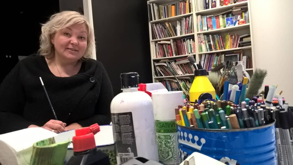 Kuvittaja Marjo Nygård työtilassaan Seinäjolla.