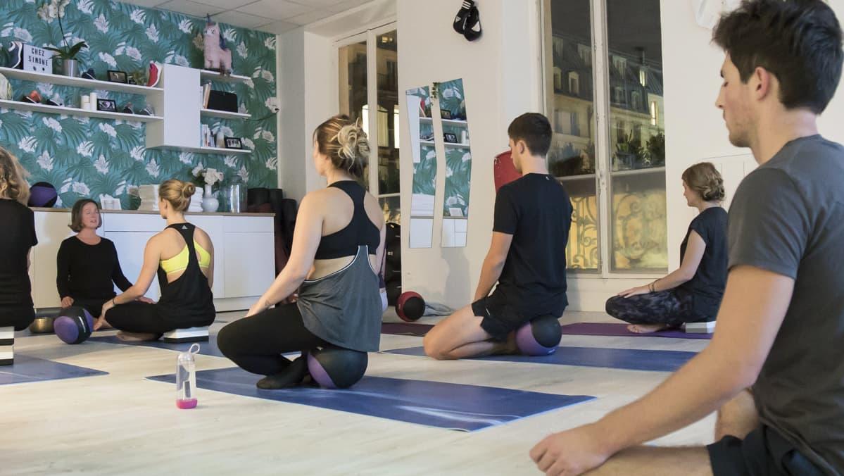 Ihmiset meditoivat.