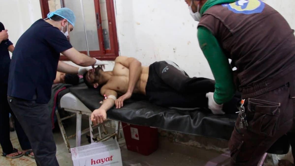 Haavoittunutta miestä hoidetaan sairaalassa väitetyn kemiallisen iskun jälkeen Idlibin maakunnassa.